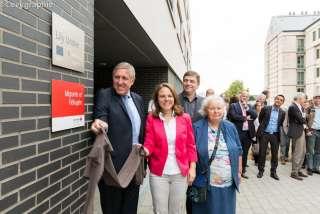 (de g. à dr. ) François Bausch, Corinne Cahen, Marc Crochet (Croix-Rouge luxembourgeoise), membre de la famille de Lily Unden