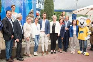 """Inauguration de la """"Lëtzebuerger Plaz"""" à l'Europa Park (11.06.2016), (de g. à d.) N.C.; N.C.; Desirée Nosbusch; Tommy Schlesser; Francine Closener; N.C.; Roland Mack; Corinne Cahen"""