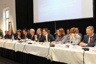 Xavier Bettel et Corinne Cahen entourés des autres chefs exécutifs issus de la Grande Région