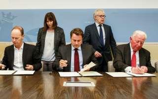 Signature du contrat de concession, (de g. à dr.) Thomas Rabe, président et CEO Bertelsmann; Xavier Bettel, Premier ministre, ministre d'État; Jacques Santer, président du Conseil d'administration