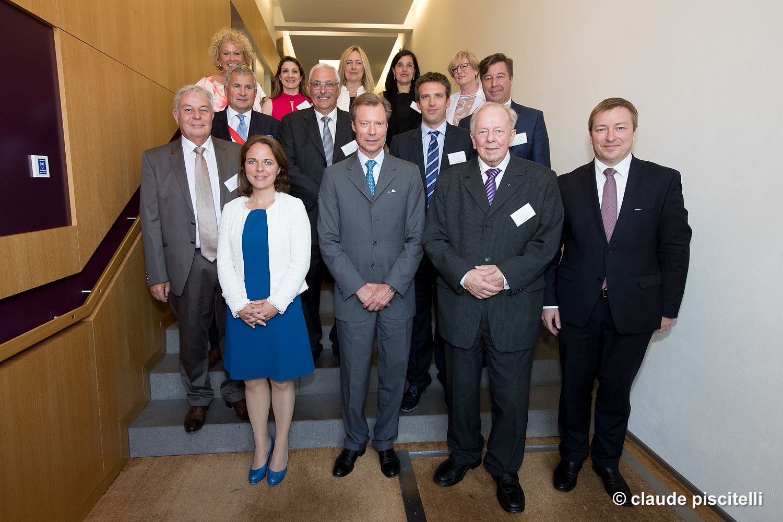(de g. à dr.): Corinne Cahen, ministre de la Famille et de l'Intégration; S.A.R. le Grand-Duc; Abbé Jos Weisgerber, président d'Ënnerdaach a.s.b.l.; Marc Hansen, ministre du Logement
