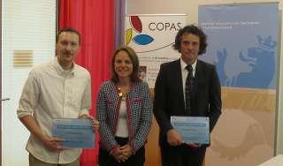 Corinne Cahen, ministre de la Famille et de l'Intégration, avec, à sa gauche, un représentant de la MS Elysis et, à sa droite, un représentant de Stëftung Hëllef doheem