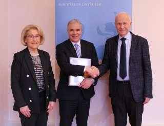 Le ministre Dan Kersch avec les auteurs de l'ouvrage, (de g. à dr.) Jeanny Krieps-Dell; Dan Kersch, ministre de l'Intérieur; Michel Krieps